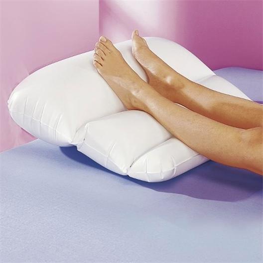 Aufblasbares Kissen zum Hochlegen der Beine