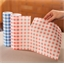 2 papieren servetrollen/rode en blauwe ruitjes